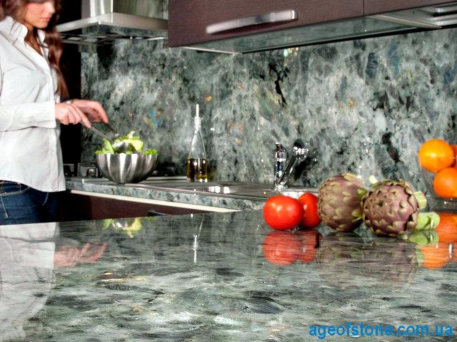 кухонная столешница из лабрадорита изготовленна под заказ с фартуком без плинтуса